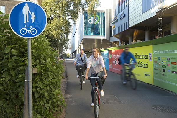 Pyöräilijöitä kauppakeskus Dixin edessä