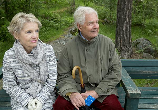 seniorit istuvat