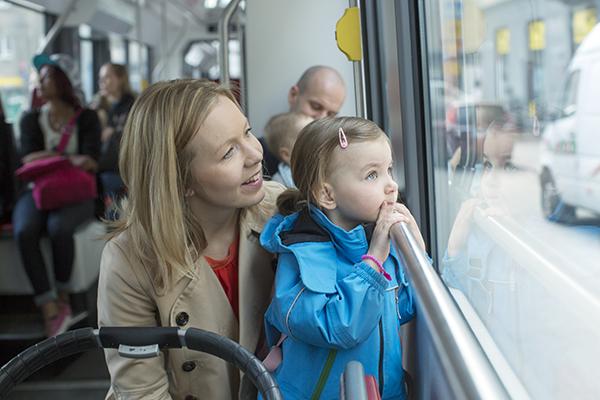 Nainen ja lapsi raitiovaunussa
