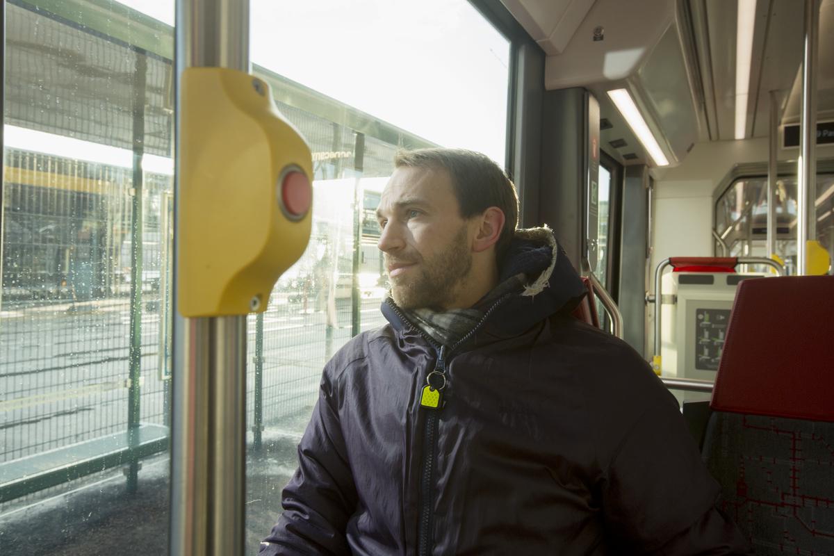 Mies raitiovaunun kyydissä, kuvituskuva