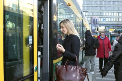 Tavoitteena nopeampi ja täsmällisempi raitioliikenne: Lipunmyynti raitiovaunuissa päättyy   HSL