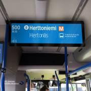Matkustajainformaationäyttö ja mainosnäyttö bussin etuosassa