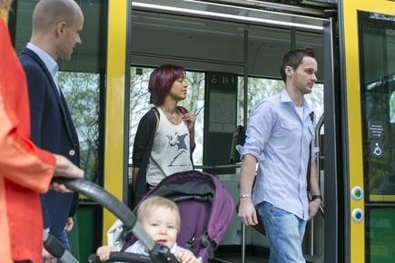 ihmisiä tulossa raitiovaunusta