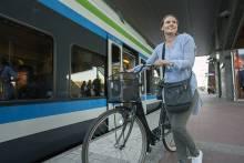 Pyörän kanssa asemalla