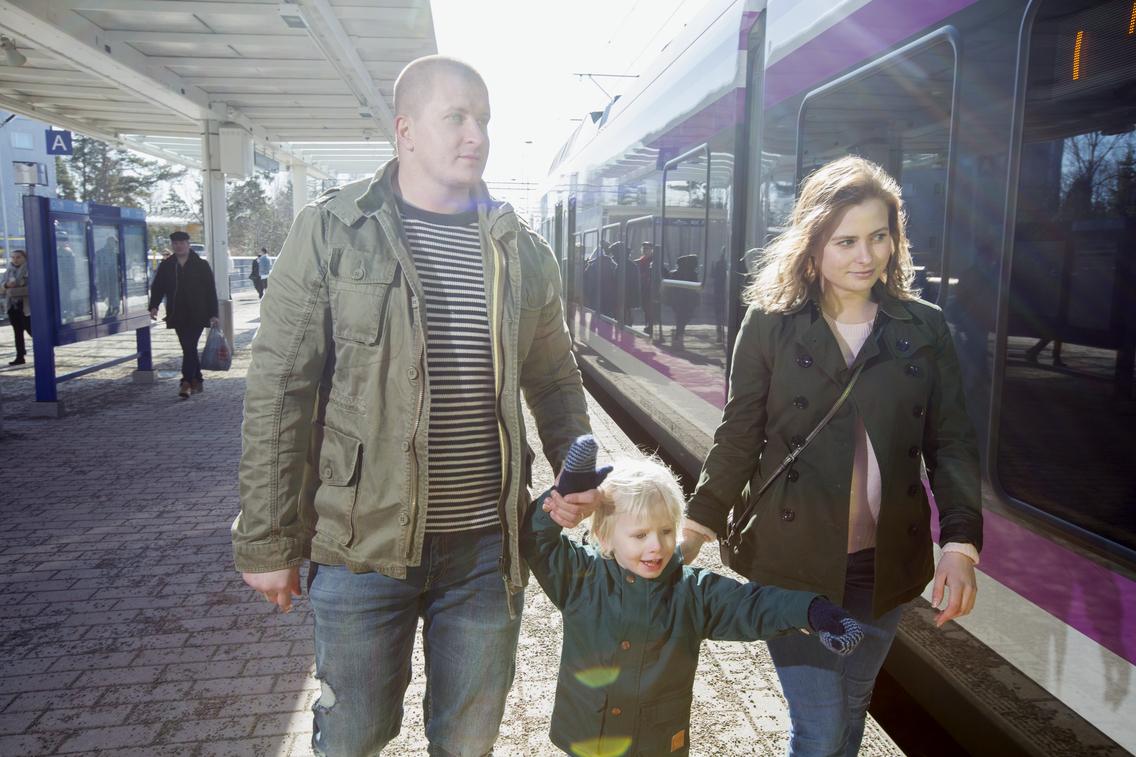 Kuva junamatkustajista asemalla