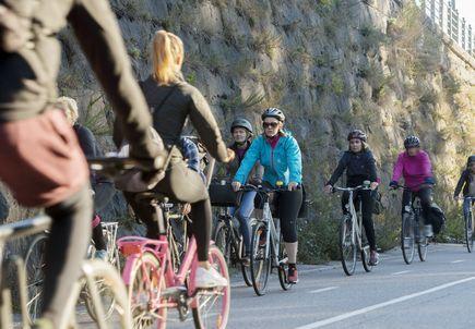 Pyöräilijöille on tarjolla aamiaista ja pyöränhuoltoa.