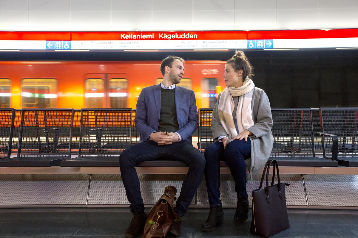Ihmisiä Keilaniemen metroasemalla