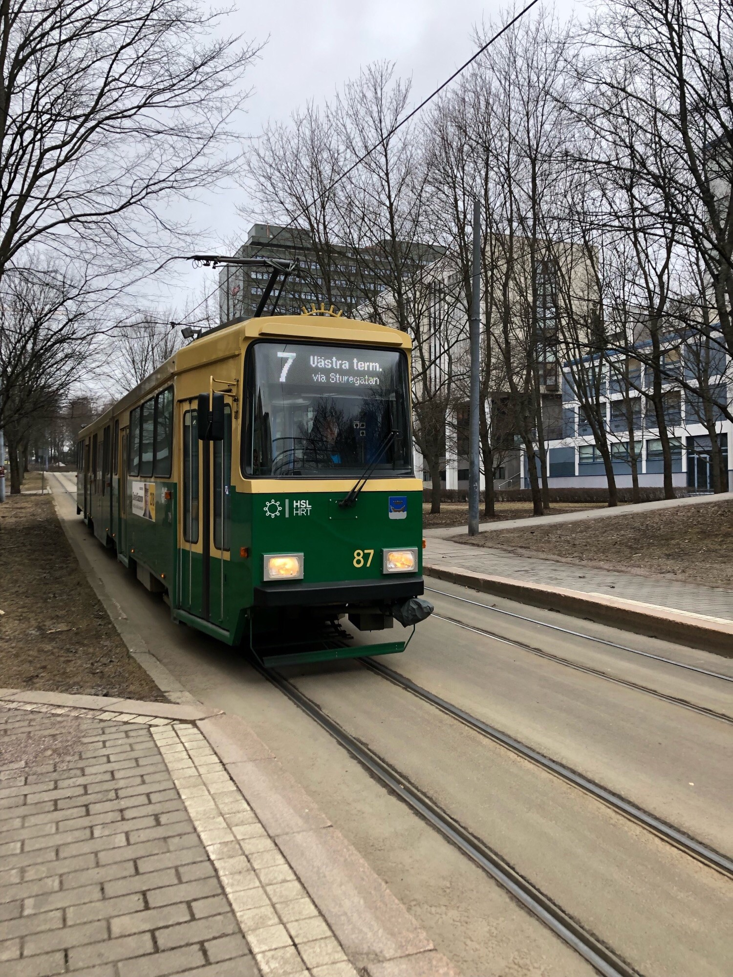 Raitiovaunu 7 saapumassa Radanrakentajantien pysäkille