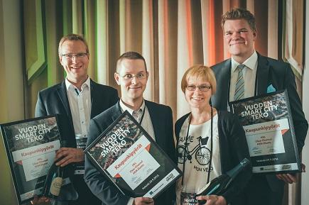 HSL:n johtava liikkumisen ohjauksen asiantuntija Tarja Jääskeläinen otti vastaan kaupunkipyörien Smart City-palkinnon